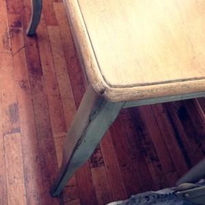 くすんだグリーンのテーブル