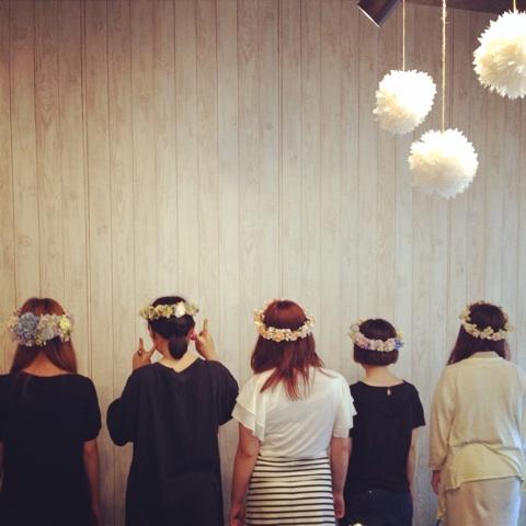 5人組女子に花冠を被って遊んでもらいました
