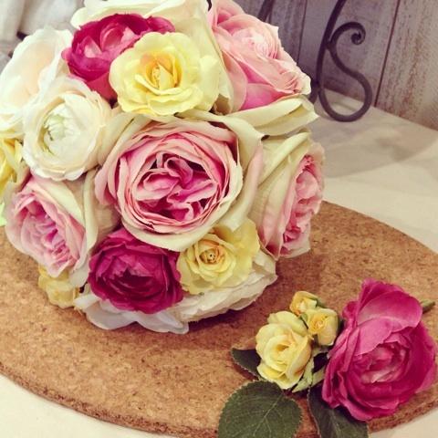 可愛らしい色合いのブーケとブートニア
