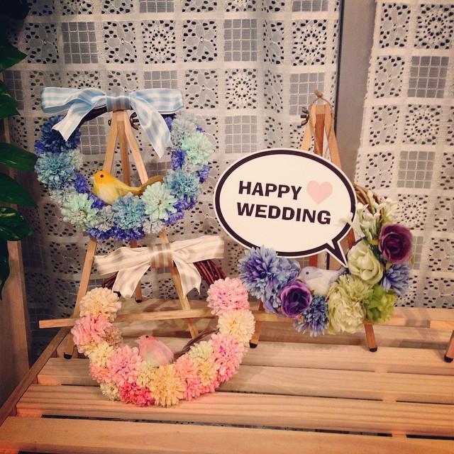 ウェルカムアイテムにフラワーリースもオススメ(^^) サンプルですがお店にも何点か展示してあります♫オーダーするもよし、簡単なので自分で作るのもよしウェディングアイテムを手作りしてみたい方にオススメのアイテムです(^^) #大須 #名古屋 #結婚式 #ウェディング #wedding #ブーケ #ヘッドドレス #髪飾り #花冠 #コサージュ #アーティフィシャルフラワー #造花 #イヤーカフ #ahflowers #アクセサリー #ハンドメイドアクセサリー #アンティーク #フォト #ウェディングフォト #ウェディングドレス #ナチュラル #プレ花嫁 #ワークショップ #和装 #フラワー #リース #ウェルカムアイテム