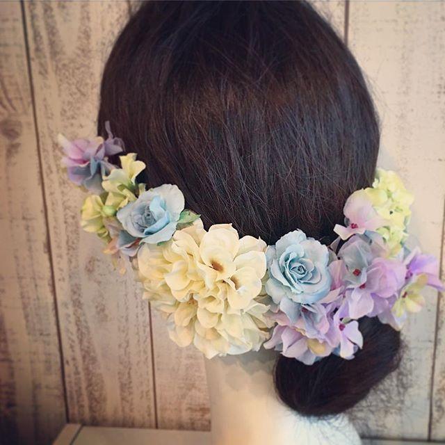 *アンティークブルーやパープルのヘッドドレス🤗*最近のヘアパーツの流行はボリュームよりも少量のナチュラルなものが流行っています。グリーン(葉っぱ)が入っていたり小花が散っていたりそれはそれで可愛いのですが、せっかく花嫁さんならボリュームあるお花で華やかに飾るのも可愛いなぁと思います。*流行よりも花嫁さんが可愛い!こんなヘアで私は結婚式を挙げたい!とテンションあがる髪型をぜひ見つけてくださいね#プレ花嫁 #結婚式 #wedding #ウェディング #花嫁 #結婚準備 #卒花嫁 #marryxoxo #卒花 #プレ花嫁卒業 #日本中のプレ花嫁さんと繋がりたい #名古屋花嫁 #marry花嫁 #東海花嫁 #結婚式準備 #ヘッドドレス #結婚 #全国のプレ花嫁さんと繋がりたい #プロポーズ #結婚式アイデア #花嫁diy #アンティークウェディング #色打掛 #結婚式diy #東海プレ花嫁 #名古屋婚 #名古屋 #ahflowers #結婚式コーデ #大人花嫁