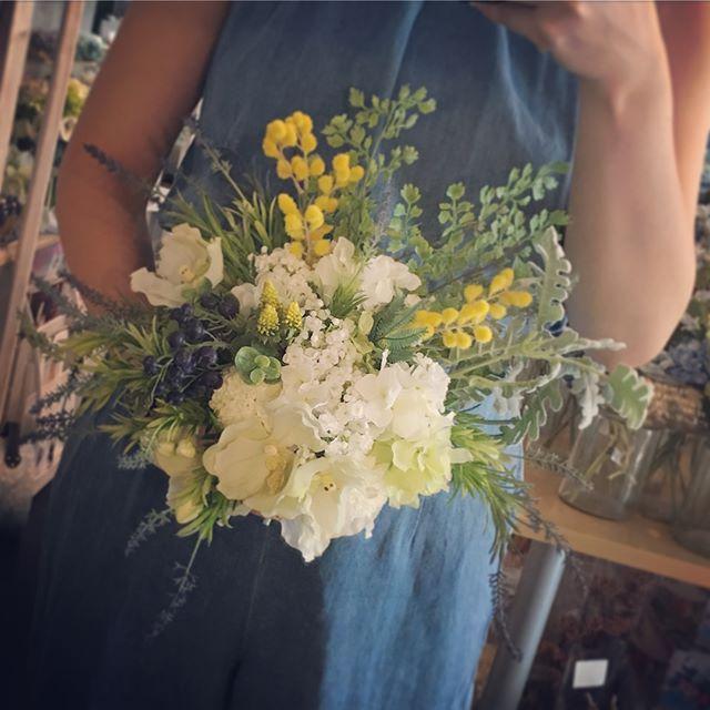 ミモザやラベンダー人気の小花をたくさん入れたナチュラルクラッチブーケ。店頭には常時8-10種類のブーケが展示されています。自分ではブーケを決めれない!その場でブーケを購入したい!お値打ちにブーケが欲しい!という花嫁さんは店頭展示販売ブーケも視野に入れてみてください🤗#プレ花嫁 #結婚式 #wedding #ウェディング #花嫁 #結婚準備 #卒花嫁 #marryxoxo #卒花 #プレ花嫁卒業 #日本中のプレ花嫁さんと繋がりたい #名古屋花嫁 #marry花嫁 #東海花嫁 #結婚式準備 #造花 #結婚 #全国のプレ花嫁さんと繋がりたい #プロポーズ #結婚式アイデア #花嫁diy #アンティークウェディング #色打掛 #結婚式diy #東海プレ花嫁 #名古屋婚 #名古屋 #ahflowers #結婚式コーデ #大人花嫁