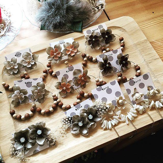お花アクセサリーブランドはじまりましたキトハナ( @kitohana2018 )え。ブランド名…キトハナ=木と花です。笑ここのブランドでは写真のようなアクセサリーやウェルカムボードや両親贈呈アイテムなどオーダー受けていきます ahflowersはお花をメインのブーケや花冠やヘアアイテムなど。キトハナは花だけでなく+木を使ったアイテムを作ってます(木工作家さんとはじめました)ちなみにahflowersはハマダアヤノのイニシャルです。ayano hamada flowers…あまりおしゃれな名前は自分ぽくないのでいつもシンプルです。笑アーフラワーではなくエーエイチフラワーズと呼んでください秋に向けてアクセサリーたくさん作ったのでぜひ見に来てくださいませ#プレ花嫁 #結婚式 #wedding #ウェディング #花嫁 #結婚準備 #卒花嫁 #marryxoxo #卒花 #造花ブーケ #ウェルカムボード #名古屋花嫁 #marry花嫁 #両親贈呈品 #結婚式準備 #造花 #結婚 #全国のプレ花嫁さんと繋がりたい #プロポーズ #結婚式アイデア #花嫁diy #アンティークウェディング #色打掛 #結婚式diy #東海プレ花嫁 #花嫁会 #名古屋 #ahflowers #結婚式コーデ #アクセサリー