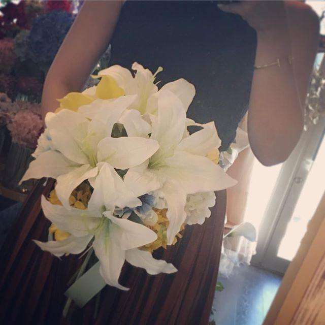 カサブランカの大きなティアドロップブーケ。存在感のあるカサブランカの花をふんだんに使いました。最近はグリーン多めのブーケが流行りですが昔ながらのデザインもやはり素敵なものは素敵です #ヘッドドレス #ヘアクリップ #オーダーメイド #プレ花嫁 #結婚準備 #結婚式準備 #挙式 #披露宴 #前撮り #二次会 #フォトウェディング #結婚式ヘア #ヘアアレンジ #ブライダルヘア #ヘアセット #お色直し #ウェディングドレス #カラードレス #花嫁会 #髪飾り #ヘッドパーツ #ウェディングアイテム #ハワイ #ahflowers #名古屋