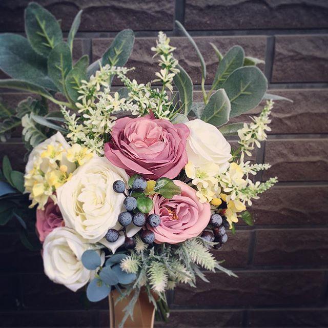 昨日のヘッドドレスとお揃いのナチュラルなクラッチブーケ最近はグリーン多めのブーケがとても人気があります!これからの季節は少しくすんだピンクやホワイトと褪せたグリーンの葉っぱなど秋冬らしい色合いが人気になっていくと思うので、お悩みの花嫁さんはご相談お待ちしています!#プレ花嫁 #結婚式 #wedding #ウェディング #花嫁 #結婚準備 #卒花嫁 #marryxoxo #卒花 #造花ブーケ #日本中のプレ花嫁さんと繋がりたい #名古屋花嫁 #marry花嫁 #東海花嫁 #結婚式準備 #造花 #結婚 #全国のプレ花嫁さんと繋がりたい #プロポーズ #結婚式アイデア #花嫁diy #アンティークウェディング #色打掛 #結婚式diy #東海プレ花嫁 #花嫁会 #名古屋 #ahflowers #結婚式コーデ #大人花嫁